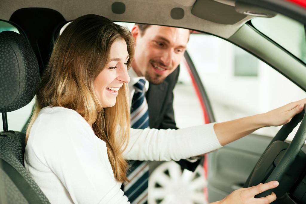 woman talking to a car dealer